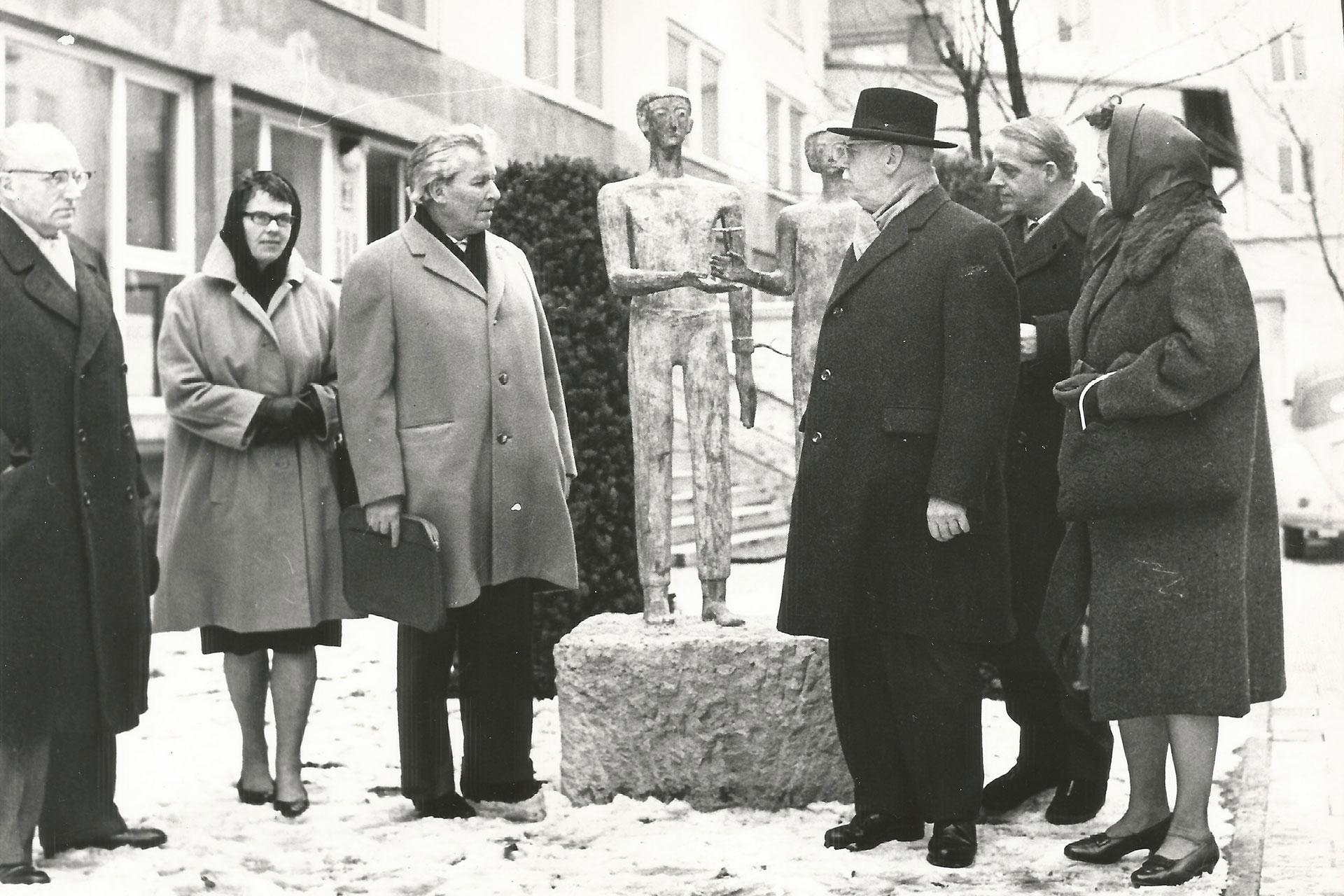 Am Denkmal: (v.l.) Dr. Marchionini, Frau Dr. Marchionini, Alexander Graf von Stauffenberg