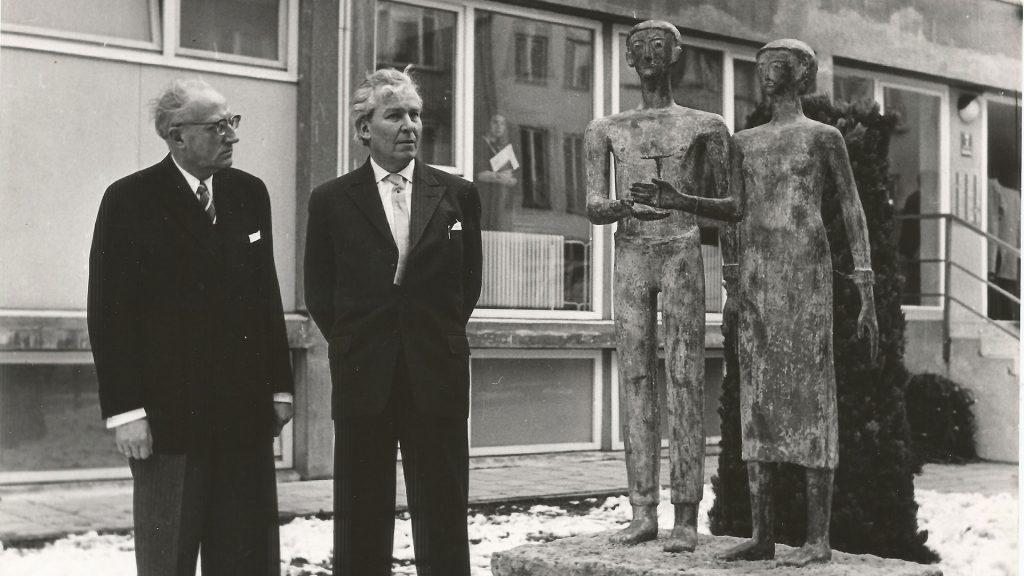 Am Denkmal (v.l.): Vereinsvorstand Prof. Dr. Marchionini und Prof. Dr. Alexander Graf von Stauffenberg